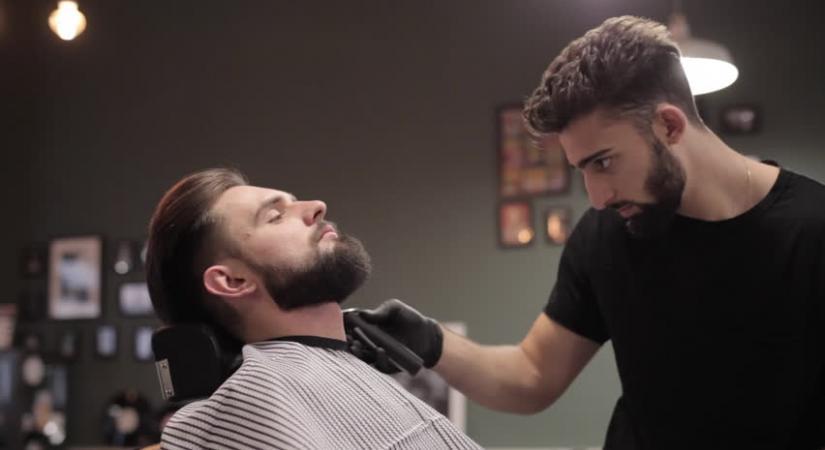 Барбер стрижет бороду